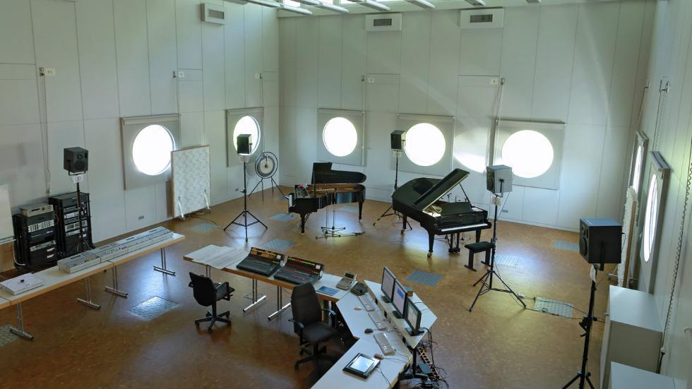 Saal mit zwei Konzertflügeln und technischen Geräten